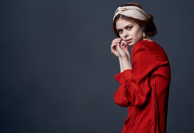 Elegante vrouw in rode jurk ornament charme grijs muurmodel.