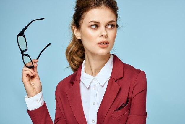 Elegante vrouw in rood jasje met bril