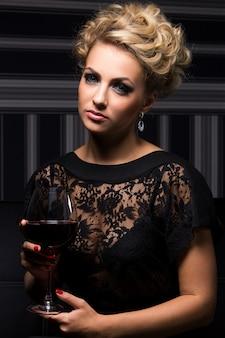 Elegante vrouw in zwarte jurk