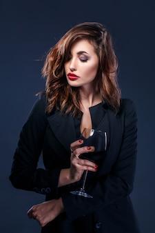 Elegante vrouw met glas rode wijn