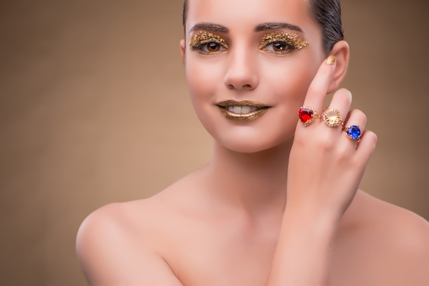 Elegante vrouw met juwelen in manierconcept
