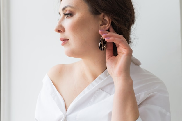 Elegante vrouw met oorbellen, close-up portret. accessoires, sieraden en bijouterie concept.