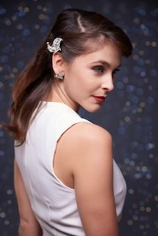 Elegante vrouw met zilveren sieraden