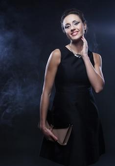 Elegante vrouw met zwarte jurk