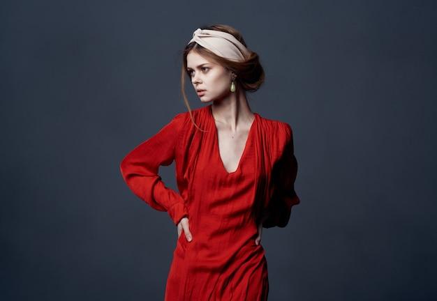 Elegante vrouw rode jurk decoratie luxe etniciteit model