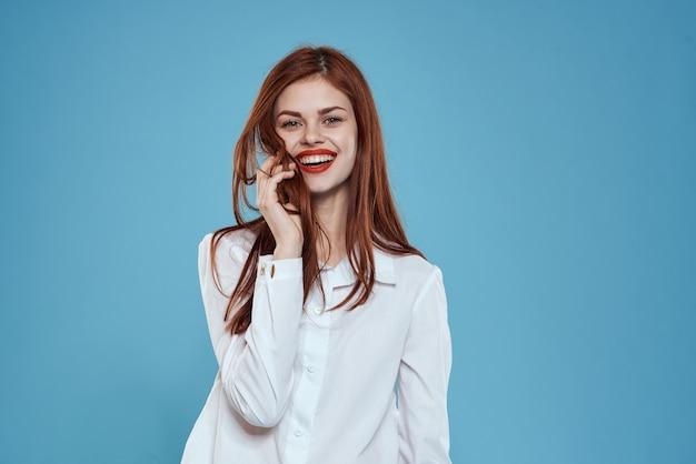 Elegante vrouw wit overhemd jeans studio levensstijl