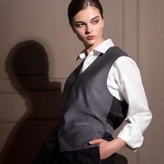 Elegante vrouwelijke model poseren in studio in gilet. nieuw vrouwelijkheidsconcept