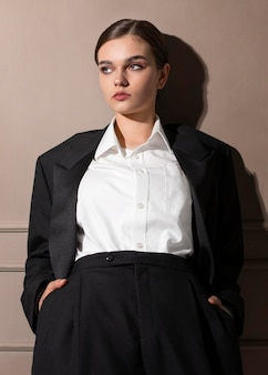 Elegante vrouwelijke model poseren in studio in jas pak. nieuw vrouwelijkheidsconcept