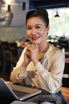 Elegante vrouwelijke restauranteigenaar