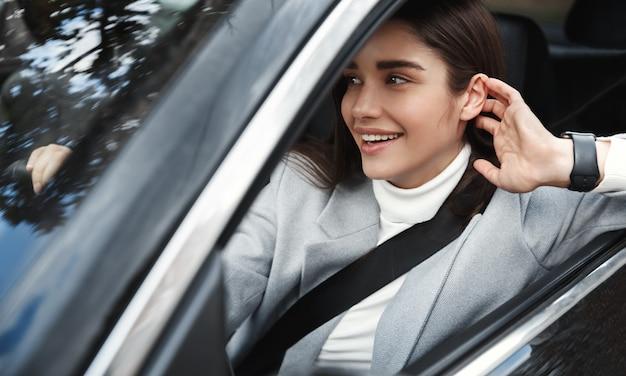 Elegante vrouwelijke stafmedewerker rijden op het werk