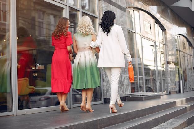 Elegante vrouwen met boodschappentassen in een stad