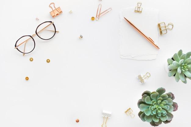 Elegante werktafel met zakelijke accessoires op met achtergrond