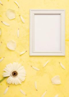 Elegante witte bloem en bloemblaadjes met verticale kopie ruimte frame