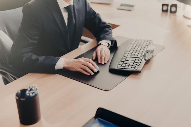 Elegante zakenman werkt op de computer op kantoor
