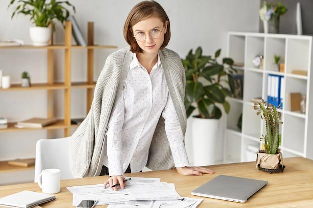 Elegante zakenvrouw formeel gekleed