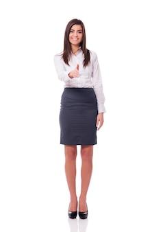Elegante zakenvrouw handdruk gebaren doen. welkom