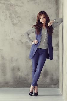 Elegante zakenvrouw poseren op betonnen muur