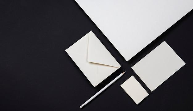 Elegante zwart-witte visitekaartjes en enveloppen