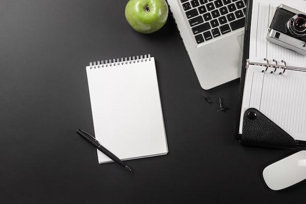 Elegante zwarte bureaudesktop met laptop en kop van koffie in hoogste mening