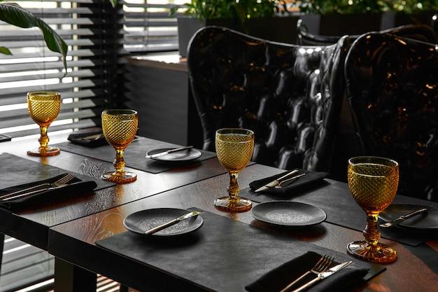 Elegante zwarte tafelsetting: borden, servet en bestek