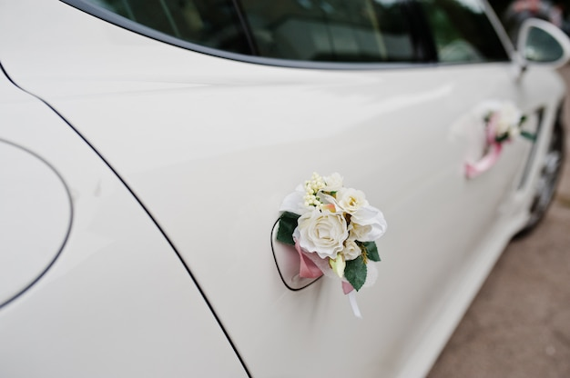 Elegantie bruiloft limousine auto met florale decoratie.