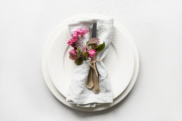 Elegantie romantische tafel met appelboom bloemen op wit.