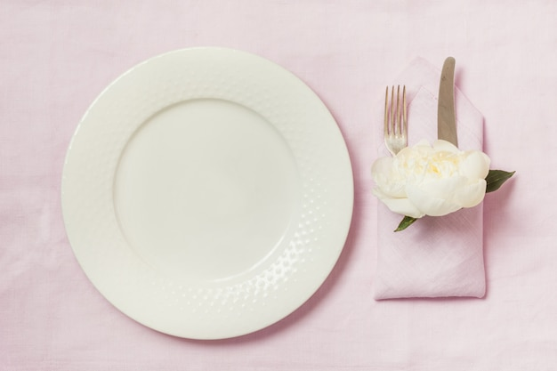 Elegantielijst die met installatie op roze linnentafelkleed plaatsen