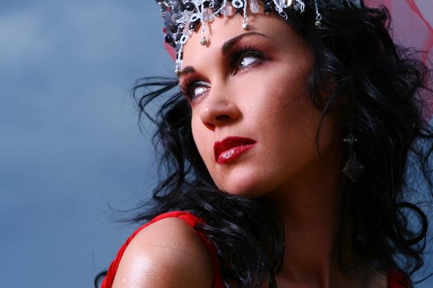 Elegent mooie vrouw met kroon