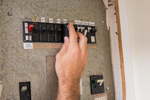 Elektricien die aan de zekeringkast werkt