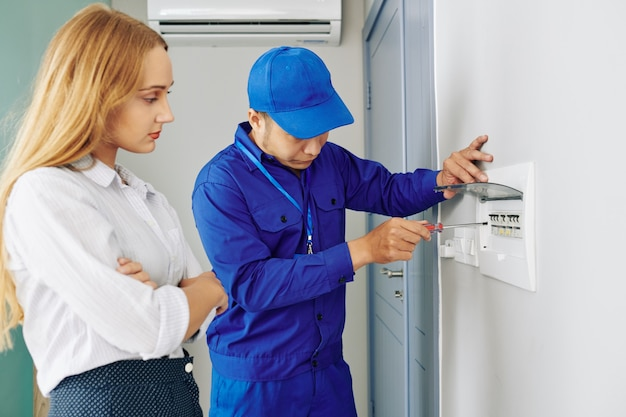 Elektricien die elektronische elektriciteitsmeter installeert
