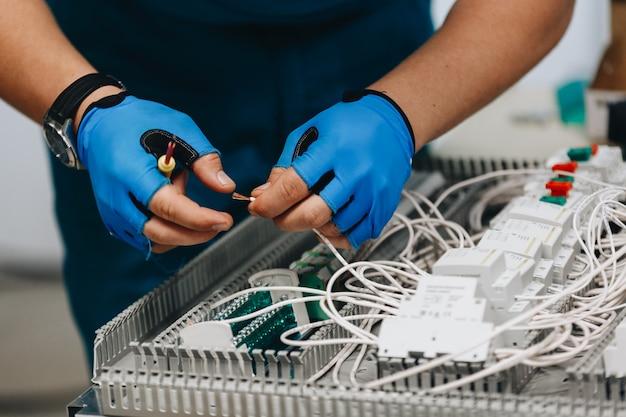 Elektricien die op elektropaneel werkt