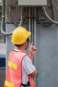 Elektricien ingenieur inspectie elektriciteitslijn