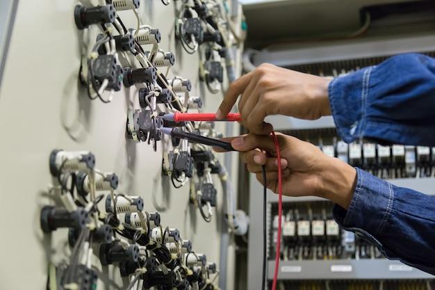 Elektricien werk tester spanning van elektrische lijn meten.