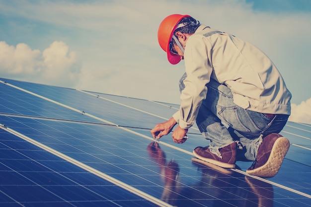 Elektricien werken aan onderhoud apparatuur bij zonne-energiecentrale