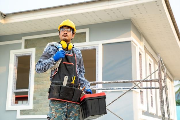 Elektricien werken op de bouwplaats, ingenieur, bouwconcept.