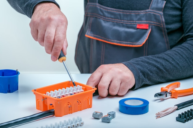 Elektricien werkt op elektrisch paneel