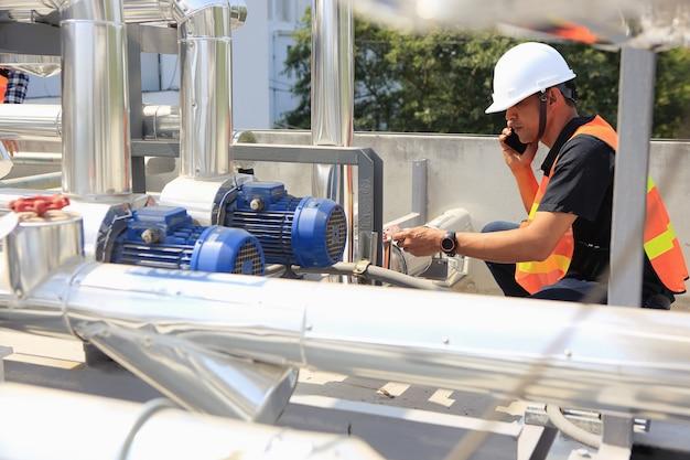 Elektriciens werken aan inspectie en onderhoud van apparatuur
