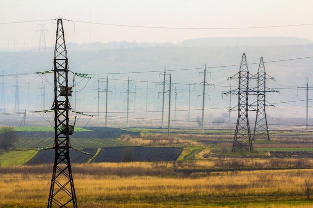 Elektriciteit transmissiekabels bij mistig weer. hoogspanningstorens