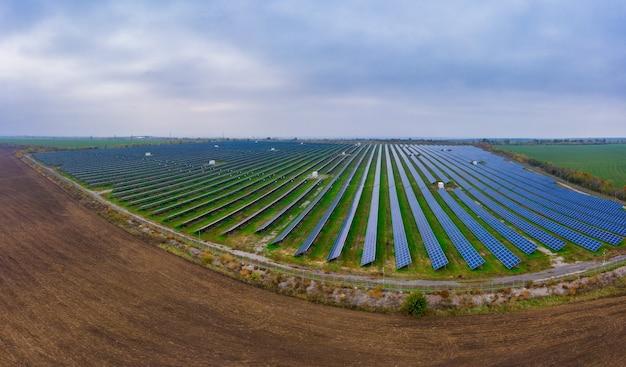 Elektriciteitscentrale met behulp van hernieuwbare zonne-energie en luchtfoto drone-opname