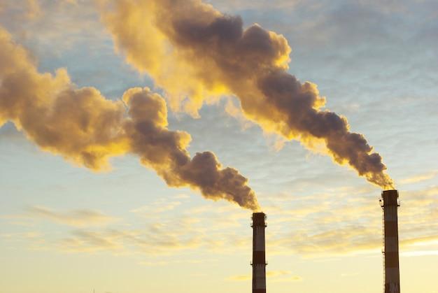 Elektriciteitscentrale met rook onder zonsondergang