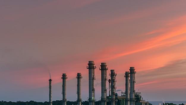 Elektriciteitscentrale tijdens zonsondergang.