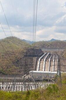 Elektriciteitsmasten en energiecentrale