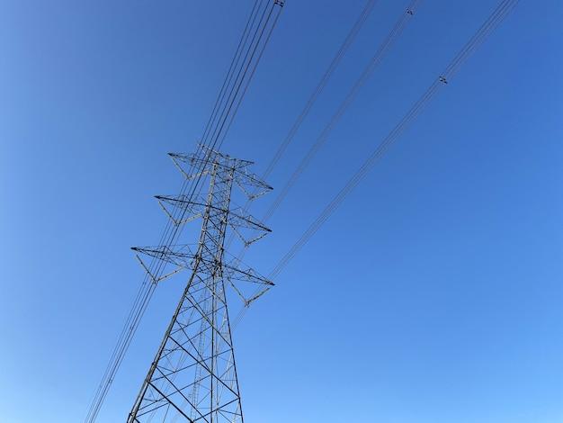 Elektriciteitspaal, hoogspanning, draad op hemel