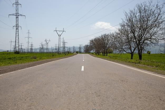 Elektriciteitstoren en lege asfaltweg