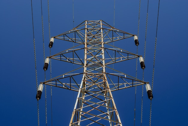 Elektrificatie toren met blauwe lucht.