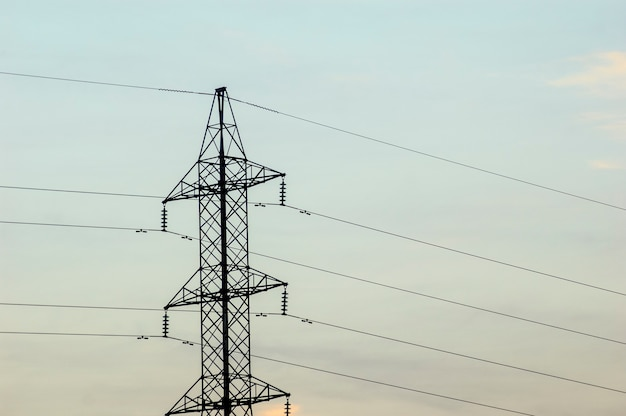 Elektrificatietoren met bewolkte hemel.