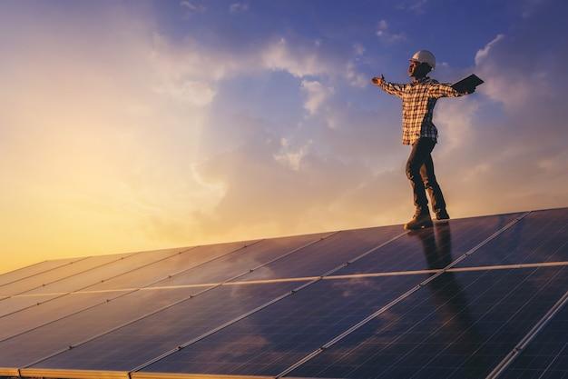 Elektrisch instrumenttechnicus ontspannen na werkdag onderhoud elektrisch systeem op zonnepaneelveld