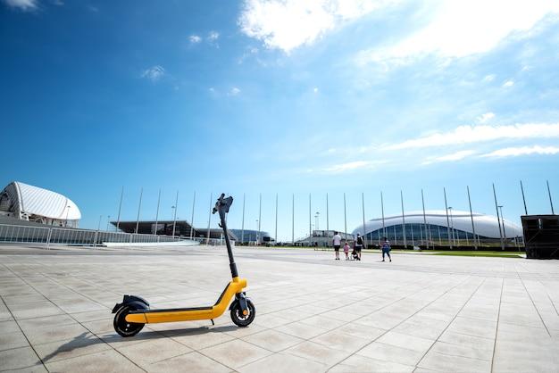 Elektrisch vervoer huren in het park voor een wandeling parkeerplaats voor elektrische scooters
