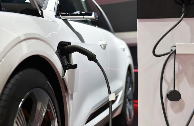 Elektrisch voertuig opladen in station met voeding aangesloten op een elektrische auto wordt opgeladen