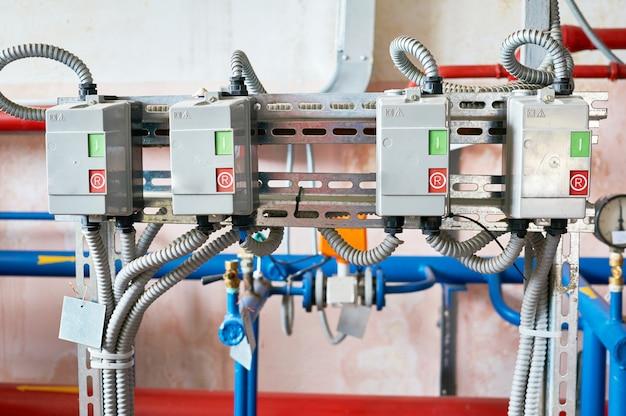 Elektrische aandrijvingen zijn verbonden met draden in een metalen golfplaat.